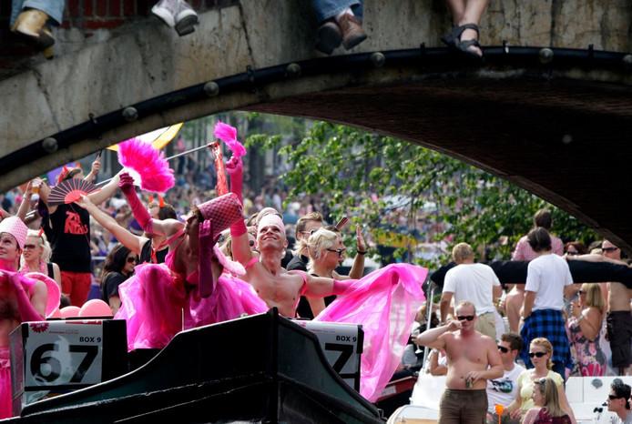 Van de deelnemers aan de Canal Pride wordt verwacht dat ze geen aanstootgevend gedrag vertonen, maar een shirtje uittrekken mag wel.