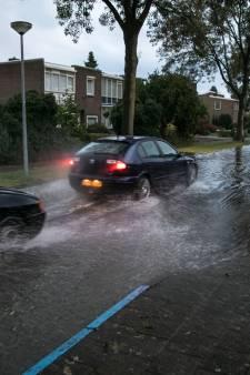 Waterschap raadt waterspelletjes in overstroomde straat af