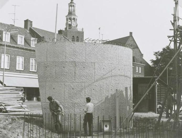 In 1970 bouwde aannemer Geleijns het Praathuis op het snijpunt van haven en Markt. Het waren drie schelpen met een dak.