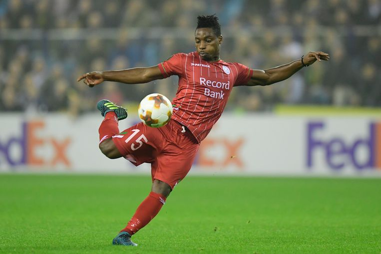 Kingsley Madu vuurt een schot af.