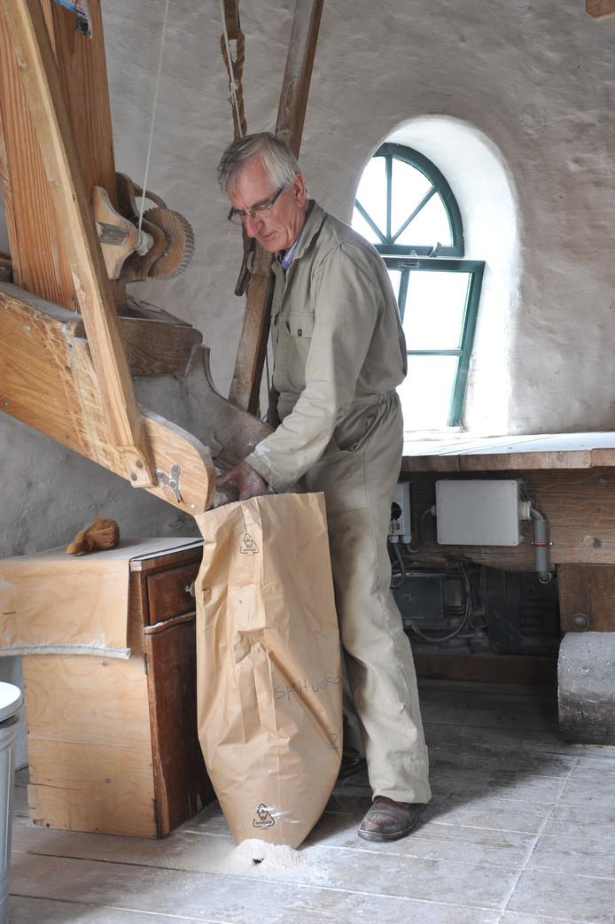 Molenaar Hub van Erve uit Tilburg aan het werk in de Kerkhovense Molen in Oisterwijk.