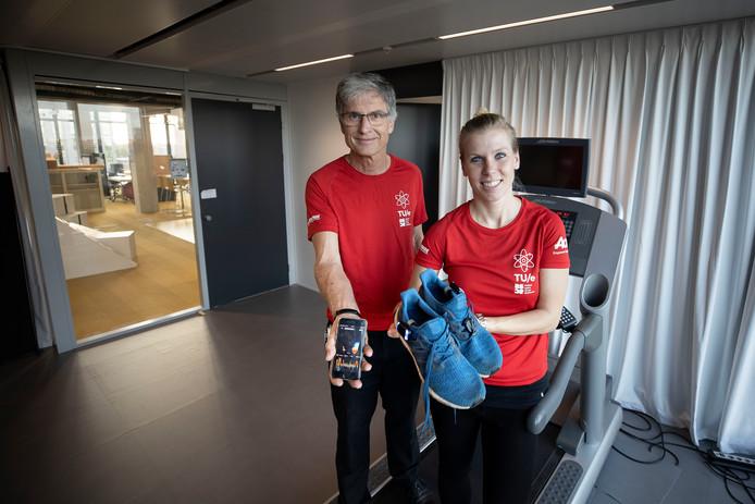 Aarnoud Brombacher en Joyce Schonenberg laten de innovatieve meetapparatuur zien waarmee zestien TU/e studenten en medewerkers de marathon lopen.
