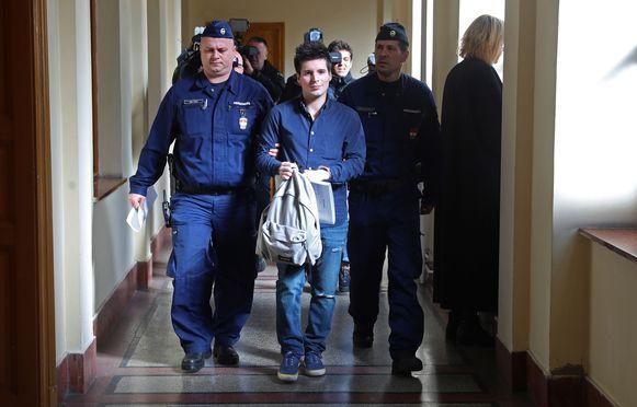 In Hongarije leeft hij onder huisarrest op een appartement.