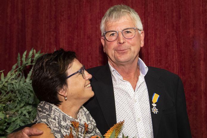Burgemeester Joost van Oostrum van Berkelland reikt koninklijke onderscheiding uit aan Vincent Lansink tijdens bestuursvergadering. Zijn vrouw Annie reikt de onderscheiding uit.
