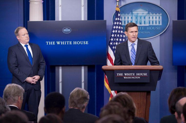 De voormalig veiligheidsadviseur Michael Flynn spreekt de media toe, persvoorlichter Sean Spicer kijkt toe. Beeld null