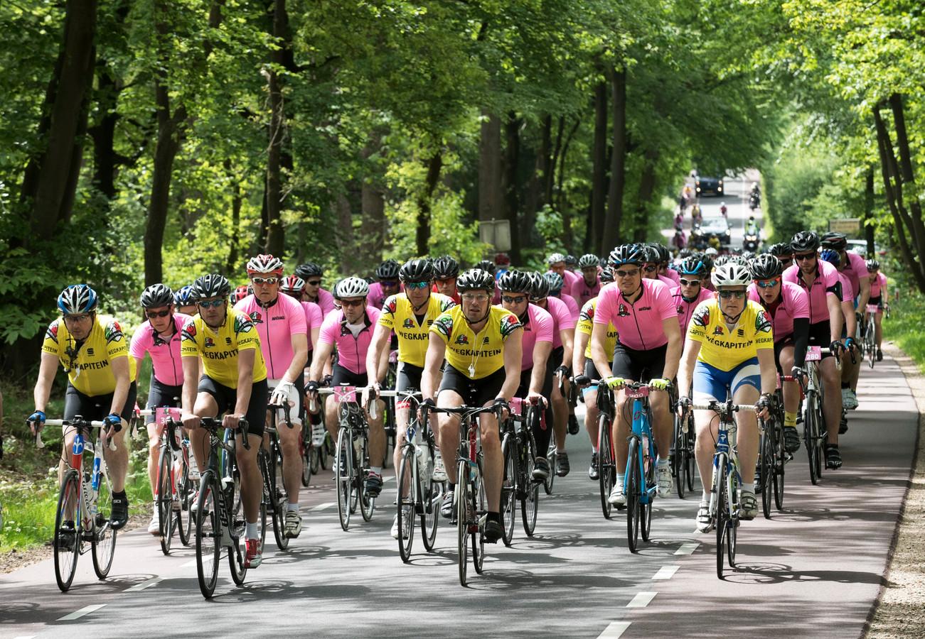 Het peloton van de Classico Giro komt over de Amerongse Berg. Foto uit 2017.
