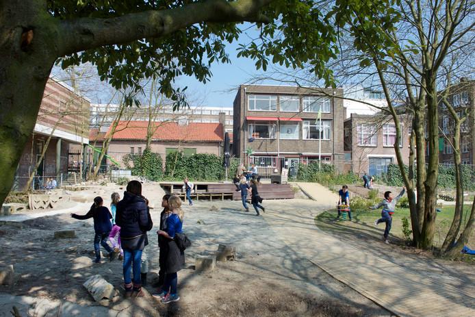 Spelende kinderen in het Coehoorn Park aan het Nieuwe Plein in Arnhem.