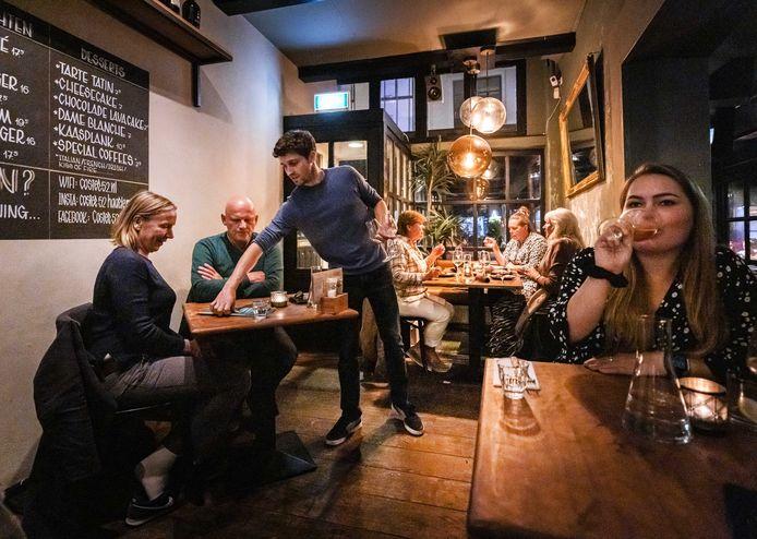 Een horecaondernemer aan het werk in restaurant de Coster in Haarlem.