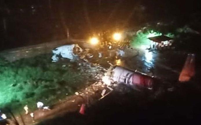 Het vliegtuig brak in twee stukken, daarbij vielen zowel doden als gewonden.