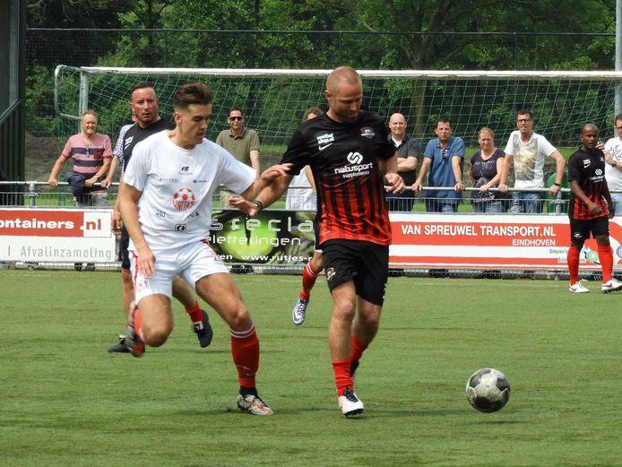 Alain Plaum (links) in 2017 als speler van Unitas'59 in duel met oud-prof Tommie van der Leegte van FC De Rebellen.