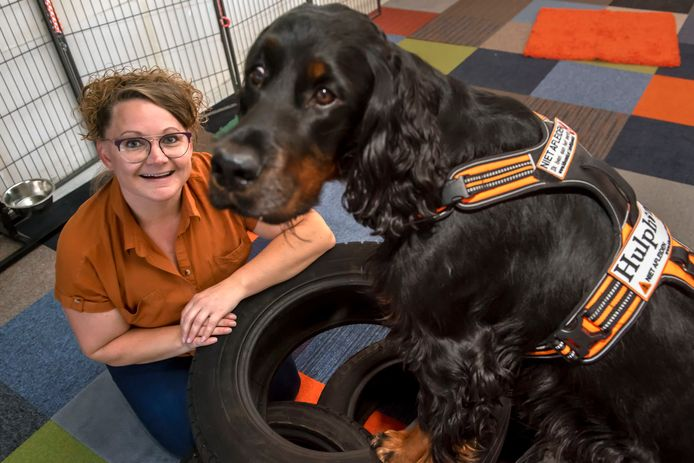 Mieke de Boer van Hulphondenschool Kibō Medical Detection Dogs met haar hond Sensa, die de opleiding heeft afgerond.