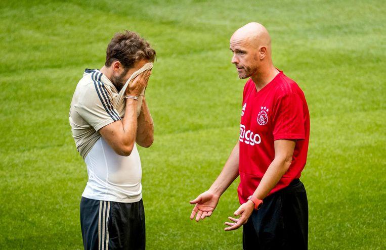 Trainer Erik ten Hag en Daley Blind (L) tijdens de training van Ajax in aanloop naar het eerste duel in de UEFA Champions League, Ajax tegen Sturm Graz. Beeld anp