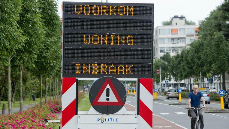 De politie heeft waarschuwingsborden geplaatst in de Van Boshuizenstraat in Buitenveldert om het publiek er op te wijzen dat inbrekers actief zijn in het gebied. Beeld anp