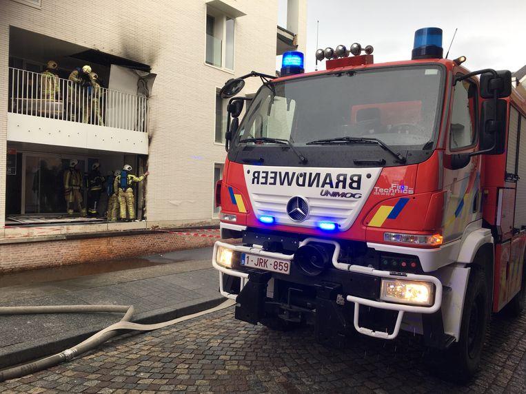 De brandweer kreeg het vuur snel onder controle maar moest lang nablussen. Er was veel rookschade in het appartement.
