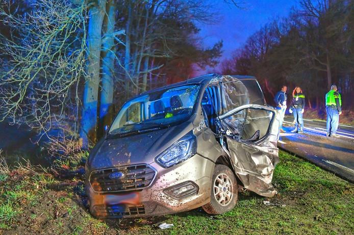 Busje in sloot na ongeluk in Valkenswaard.