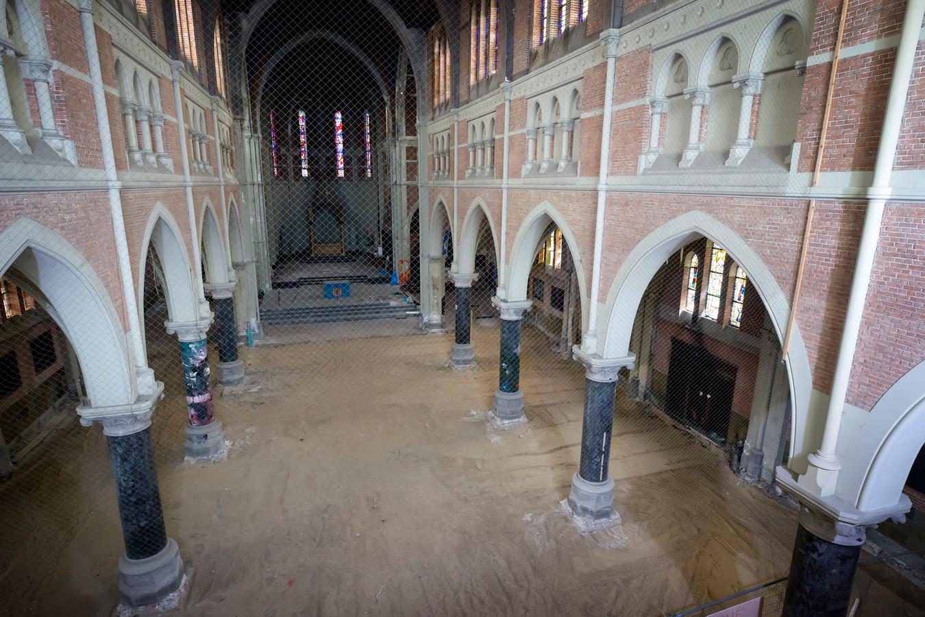 Interieur van de Heilig Hartkerk in Breda, de restauratie van de kerk is ver gevorderd, binnenkort worden de plannen gepresenteerd voor appartementen in kerk.