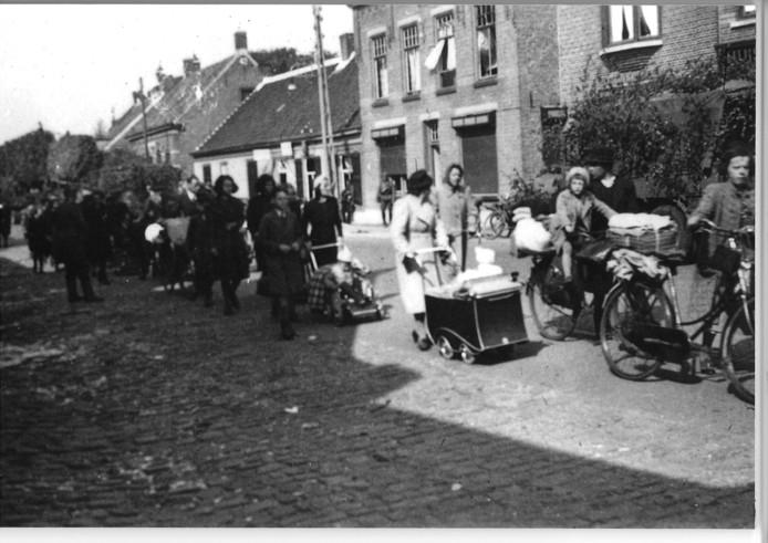 Een Duitse soldaat fotografeerde op 13 mei 1940 in Rijsbergen de eerste groep Bredase vluchtelingen die een dag na de grootscheepse evacuatie De Vlucht  al naar huis terugkeerden.