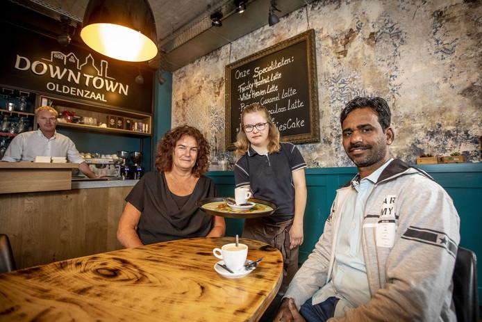 """Anita Eissink, Mavi Gurjar en serveerster Anne in café Downtown. """"We willen de Indiase kinderen ook na hun schooltijd een plek bieden waar ze zich verder kunnen ontwikkelen."""""""