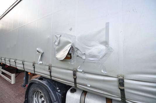 De gehavende, gestolen vrachtwagen.