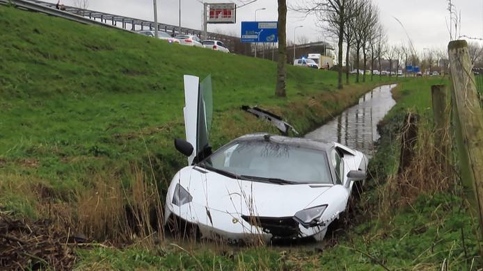 In Heemskerk belandde zaterdagmiddag een Lamborghini in de sloot, maar de bestuurder was nergens te vinden