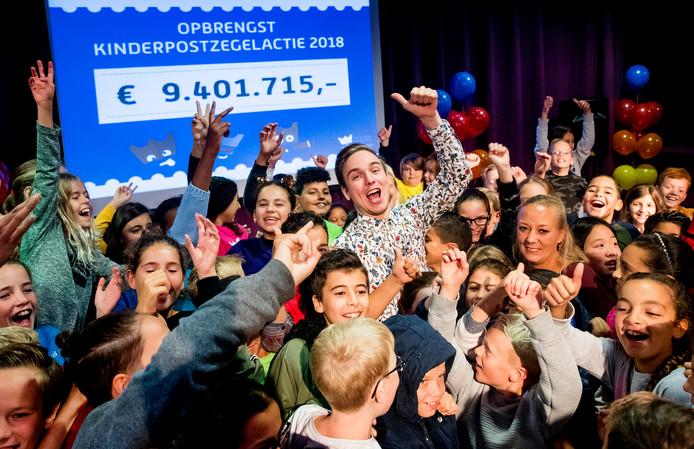 YouTuber Dylan Haegens tijdens de onthulling van de opbrengst van de jaarlijkse Kinderpostzegelactie. Ruim 160.000 kinderen hebben zich ingezet met de verkoop van kinderpostzegels, tulpenbollen of theepakketten.