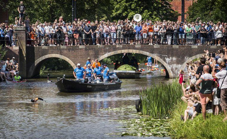 Maarten van der Weijden zwemt door Franeker onder een massale publieke belangstelling.