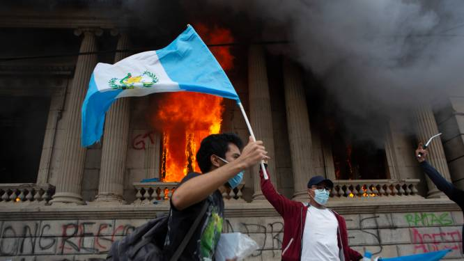 Woedende demonstranten steken parlement Guatemala in brand