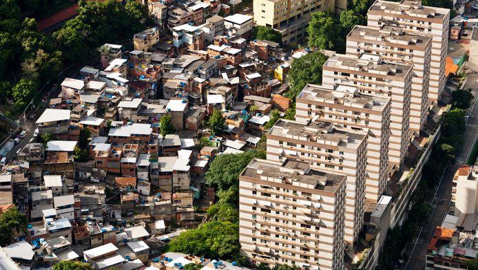Geen groter contrast dan moderne gebouwen omgeven door krottenwijken, zoals in Rio de Janeiro