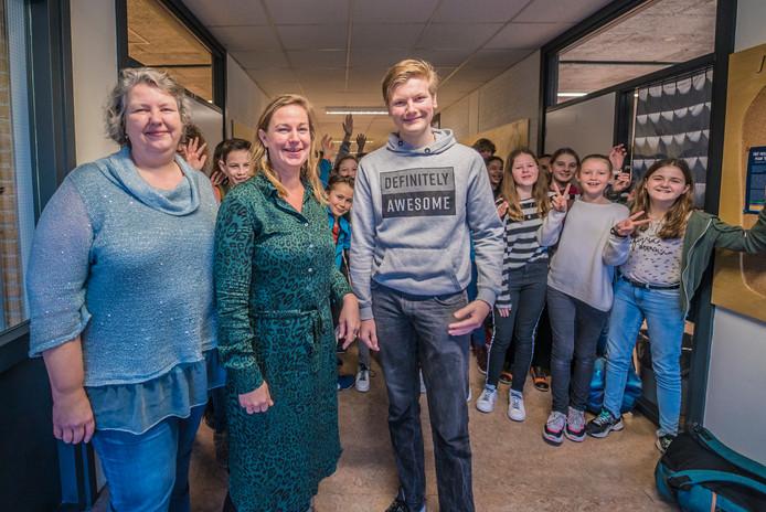 Nelleke Guequierre (l.) maakte zich hard voor de komst van de vrije middelbare school, Janoes Vermeijden (m.) is schoolcoördinator en Hendrik Vlug mag als eerste vrijeschoolleerling volgend jaar examen gymnasium doen.