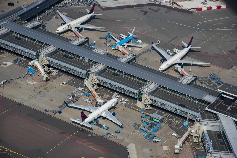 Luchtfoto van de D-pier op luchthaven Schiphol met onder andere Delta Airlines en KLM vliegtuigen.