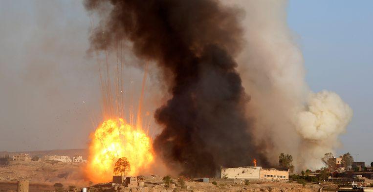 Archiefbeeld van een luchtaanval van de door de Saoedi's geleide coalitie in Sanaa, Jemen.