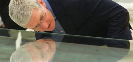 Personeel Apple knalt continu tegen de glazen design wanden op