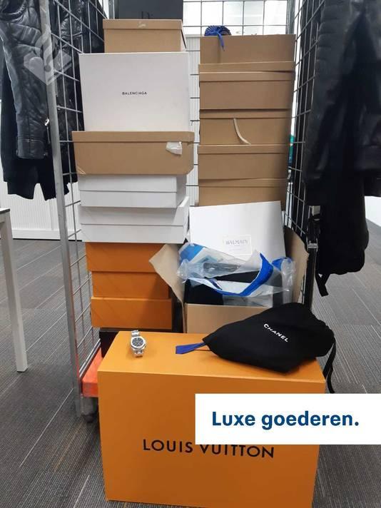 In beslag genomen (luxe) goederen bij een inval voor een witwasonderzoek in een woning aan de Oleanderstraat in Breda.