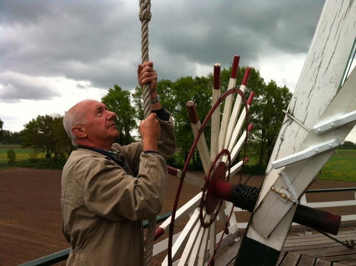 Molenaar Roelof Lubbers laat alle ins en outs van de molen zien.