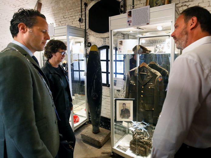 Ambassadeur Lyndal Walker bekijkt, in gezelschap van Rutger van Stappershoef en Peter den Tek, het WO2- en Vliegeniersmuseum.