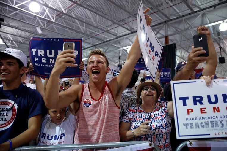 Aanhangers van Donald Trump juichen vrijdag in Dimonsdale, in Michigan, als hij het podium betreedt. De Republikein sprak opnieuw van een teleprompter. In de komende dagen moet blijken in de peilingen of zijn nieuwe aanpak aanslaat. Beeld Reuters