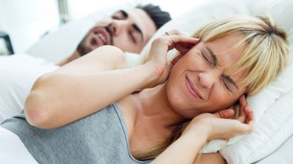 Heb je een snurkende partner of snurk je zelf? Met deze 5 trucjes leg je die kettingzaag aan banden