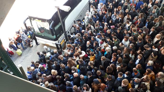 Mensen wachten op een bus op station Den Bosch.
