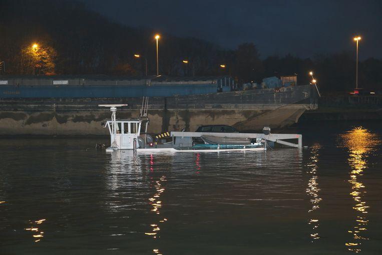 Het binnenschip Dardia, geladen met 1.000 ton kunstmest, zonk in het Albertkanaal. Alleen de kajuit is nog zichtbaar.
