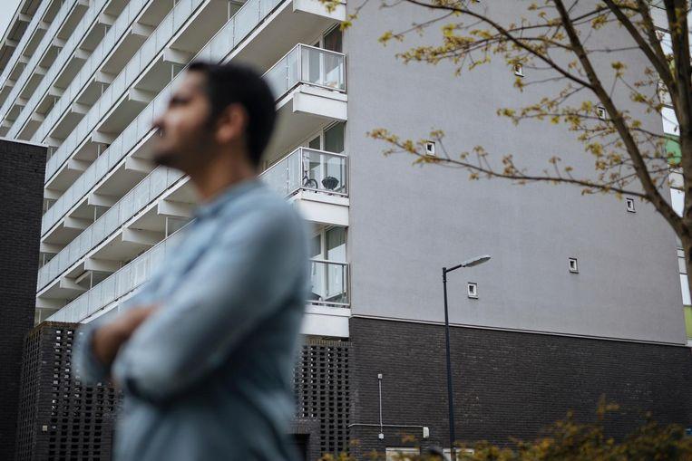 Murat Isik bij de flat Fleerde, waar hij zijn jeugdjaren doorbracht Beeld Marc Driessen