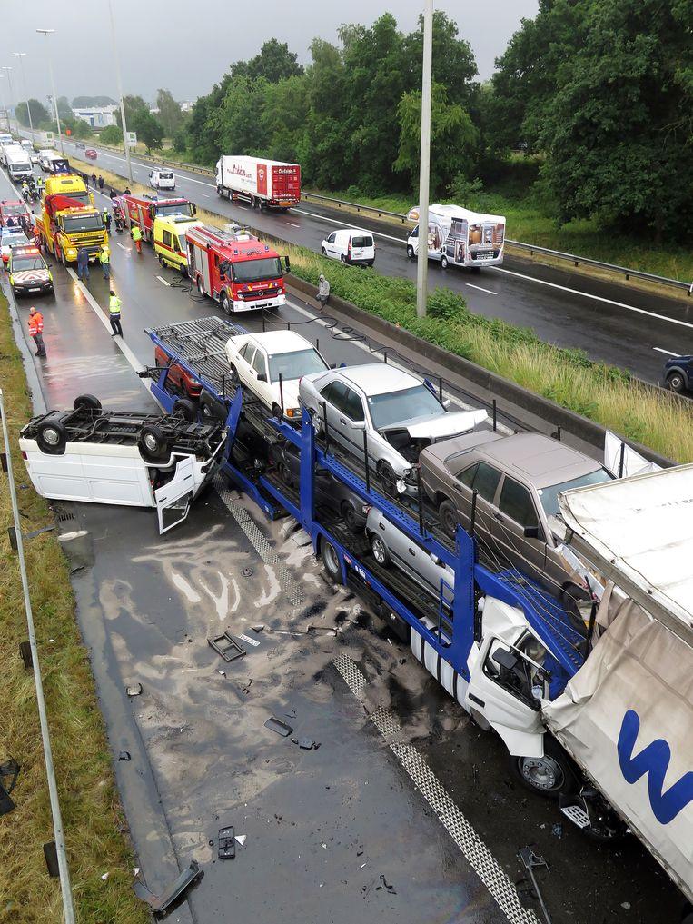 Een vrachtwagen reed in in de staart van de file op de E313. De chauffeur kwam daarbij om het leven.