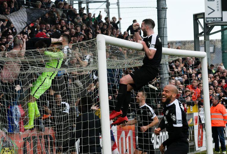 De spelers van Eupen waren door het dolle heen na de 4-0-zege tegen Moeskroen.