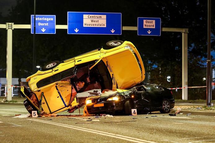 Terreinwagen belandt op zijn kop op personenwagen.