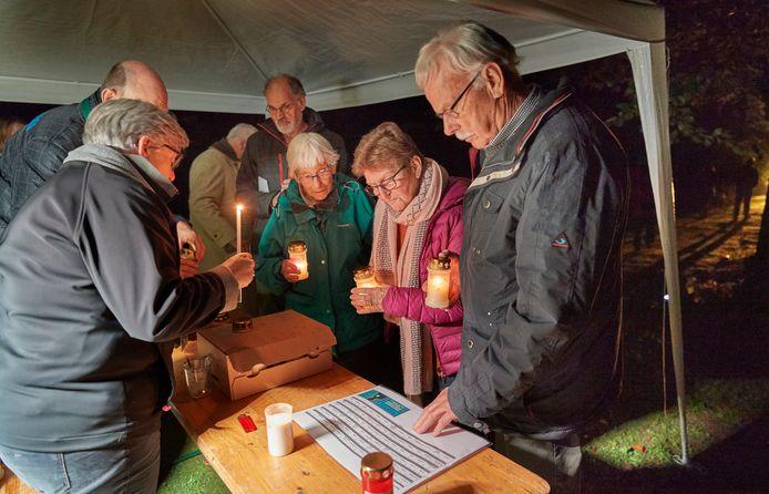 Alle Zielen bij de Abdij van Berne vond voor de eerste keer plaats in 2017. Op de foto steken mensen kaarsjes aan om te plaatsen bij graven van norbertijnen.