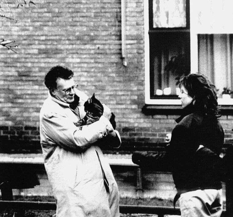 PvdA-staatssecretaris Kosto en zijn kat overleefden in 1991 een bomaanslag op zijn huis. Beeld ANP