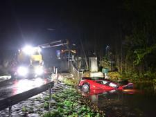 Auto met vijf twintigers rijdt water in bij Breukelen
