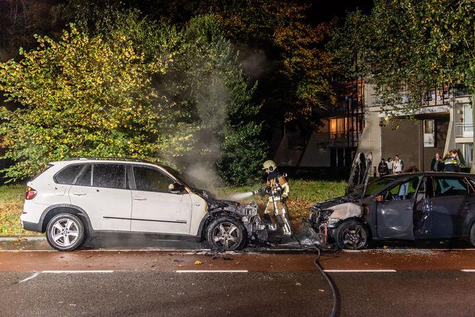 Twee auto's lopen forse schade op door brand in Tilburg.