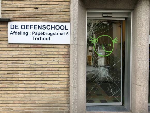 Jens J. brak met bruut geweld de glazen toegangsdeur van De Oefenschool open om zes laptops te stelen.