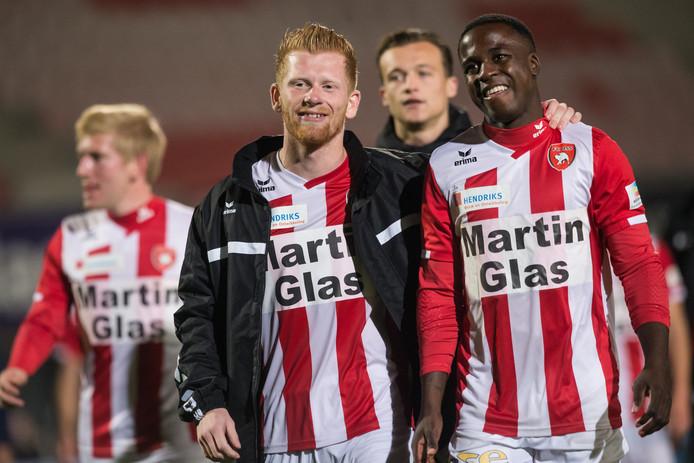 FC Oss viert de zege op Jong AZ. Richard van der Venne (links) en Lesly de Sa hebben lol.