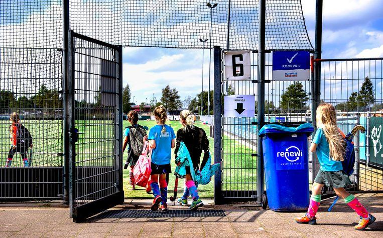 Kinderen mogen voor het eerst weer trainen bij hockeyclub Rotterdam na versoepeling van de coronamaatregelen. Beeld Klaas Jan van der Weij / de Volkskrant